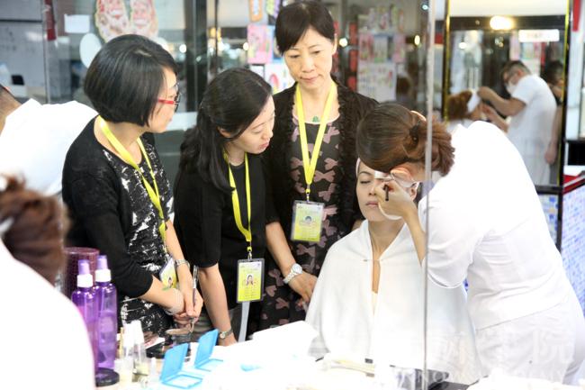 考评员考核考生的化妆技术