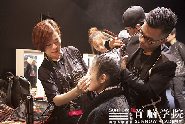 女孩学化妆