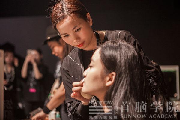 首脑学院老师为时装周模特化妆造型