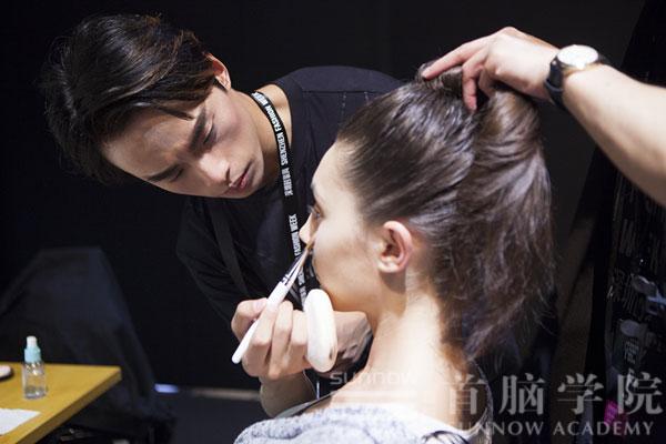 首脑学院老师为模特儿化妆造型