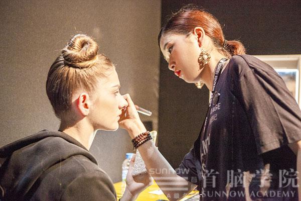 首脑学院老师为时装周模特儿化妆造型