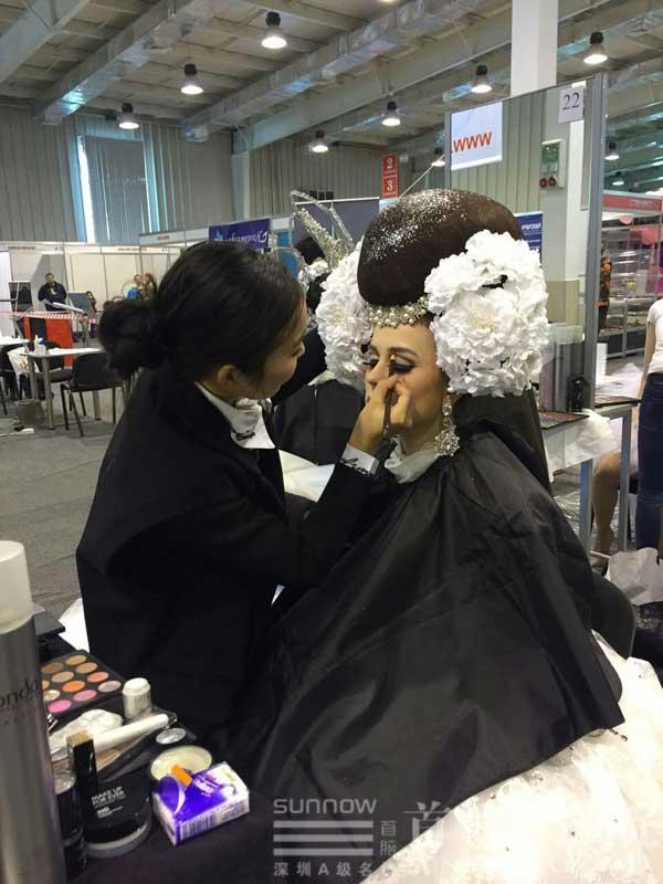 王英老师在俄罗斯大赛给模特化妆