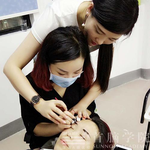 首脑学校优秀学员郭琳指导学员操作半永久纹眉
