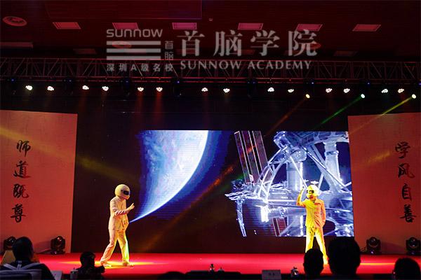 """首脑学院""""机械舞""""太空漫步表演"""