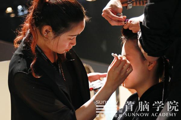 首脑学院化妆造型师为深圳时装周模特化妆造型